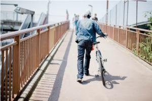 image client à pied avec son vélo