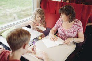 Une maman et ses enfants dans un train