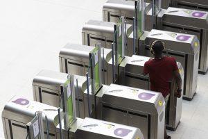 Une rangée de bornes permettent la validation du titre de transport par les voyageurs.