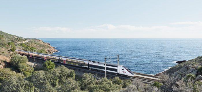 Vue générale d'un TGV INOUI dans paysage