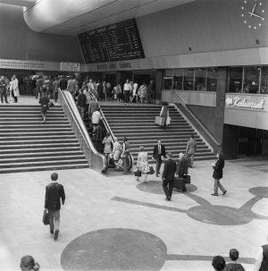 © SNCF Médiathèque – Bourlette. La salle des pas perdus en 1970, devenue par la suite le hall Vasarely.